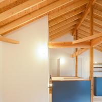 2階リビングは屋根の構造材を表した空間にの画像