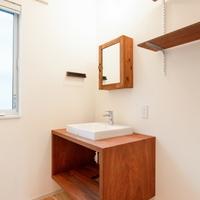 造り付けの洗面台はアピトン製の画像