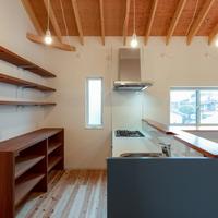 開放感あふれるキッチンは限られた収納だけを設けるの画像