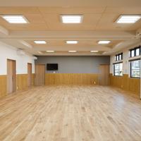 集会室 正面を望む/床はオークの無垢板フローリング 腰板はヒノキ 天井にはシナ合板の画像
