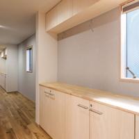廊下と収納スペース/下部の棚には鍵を設置、吊戸棚には震感ラッチ 間の壁にはピクチャーレールを設置の画像